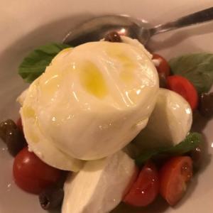 Piatto CapriMozzarella di bufala, pomodori, burrata, basilico, olive taggiasche, olio d'olivaBufala mozzarella, burrata cheese, tomatoes, basil, olives, olive oil
