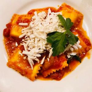 Scrigni Pugliesi Ravioloni* ripieni di burrata con sugo di melanzane e pomodoriniRavioli with mozzarella cream cheese, tomatoe sauce and eggplants