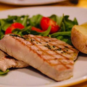 Tonno* alla Griglia Con Rucola, Pomodorini Pachino e PatateGrilled Tuna* Fillet with Arugula, Tomatoes and Potatoes