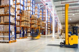 Scaffalature industriali e carrelli, normative applicabili e corretta fornitura