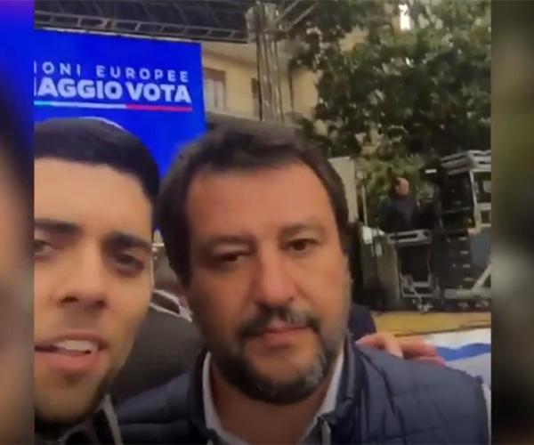 """Salvini e i selfie che non generano sorrisi ma domande: """"Non siamo più terroni di merda?"""""""