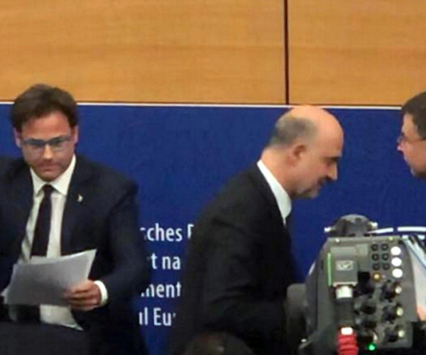 Il leghista che si pulisce la scarpa sui fogli di Moscovici ci rappresenta?