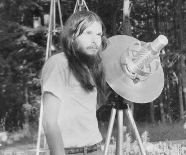 John Shepherd è l'uomo che sussurrava alle stelle e agli alieni
