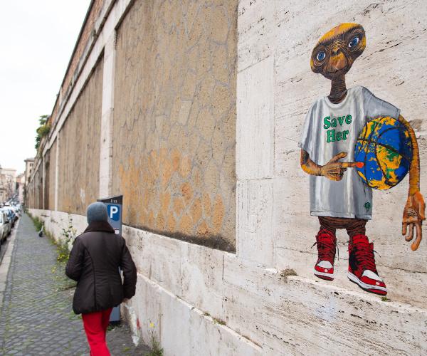 A Roma spunta il murale con ET per la Terra