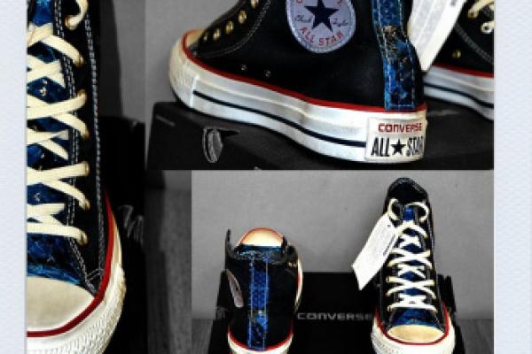 All Star Converse dopo la modifica è stata personalizzata applicando una striscia di pelle pitonata azzurra/bluette sul tallone e sulla linguetta