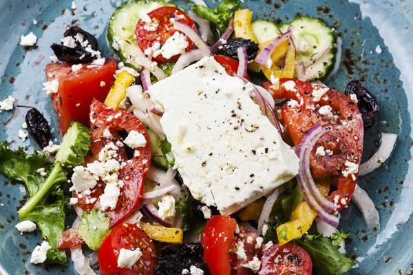 Griechischer Salat mit Feta, Oliven, Tomaten und Gurken