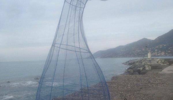 code di balena sul molo di Camogli
