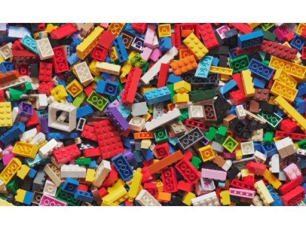 Cosa ci dicono i mattoncini Lego su quanto dura la plastica dispersa in mare