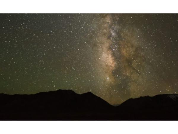 La Via Lattea vista dalla riserva di Altun Mountain, in Cina