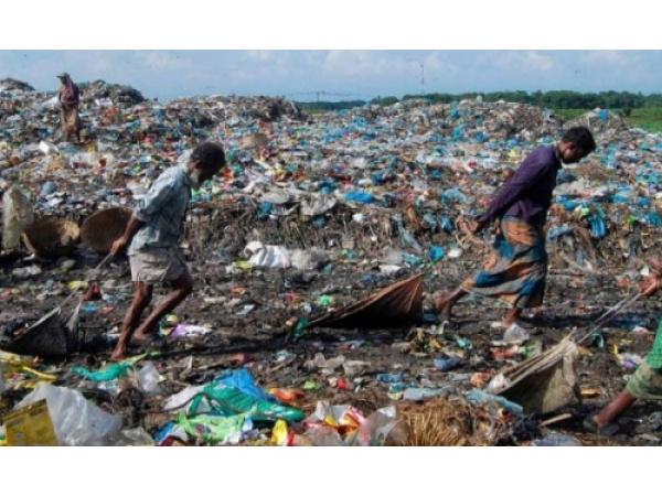 Quanto costa al mondo l'inquinamento della plastica?